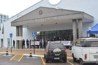 Alguns servidores estão reunidos em frente da Justiça Federal à espera da assembleia (Foto: Marcelo Calazans)