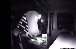 Imagens mostram funcionário mexendo em gavetas da loja(Foto: Reprodução)