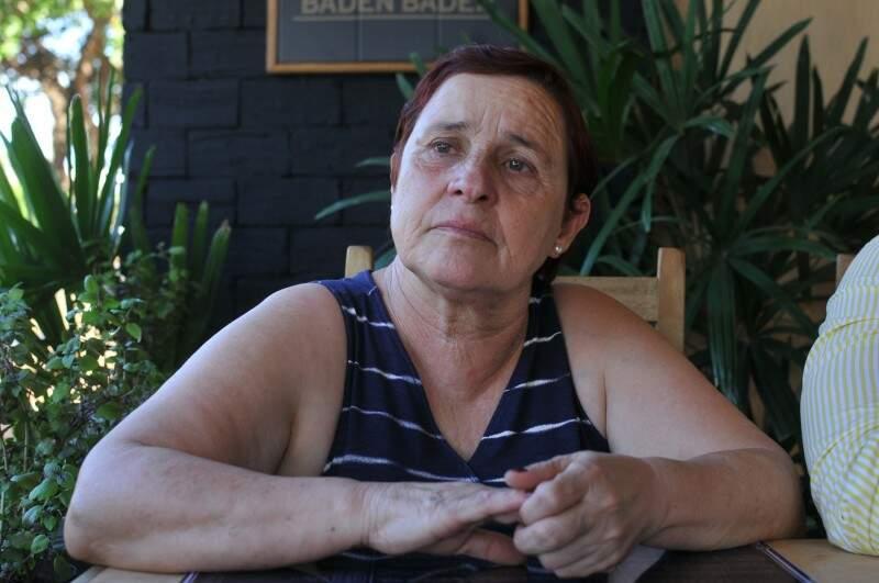 Emocionada, ainda lembra a história de amor que a fez ir dois anos visitar as cinzas do marido. (Foto: Alcides Neto)