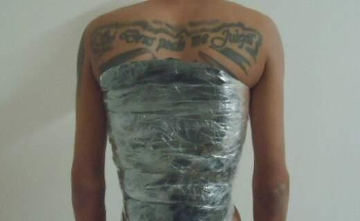 """""""Só Deus pode me julgar"""", diz tatuagem de adolescente pego com cocaína presa ao corpo (Foto: Divulgação)"""