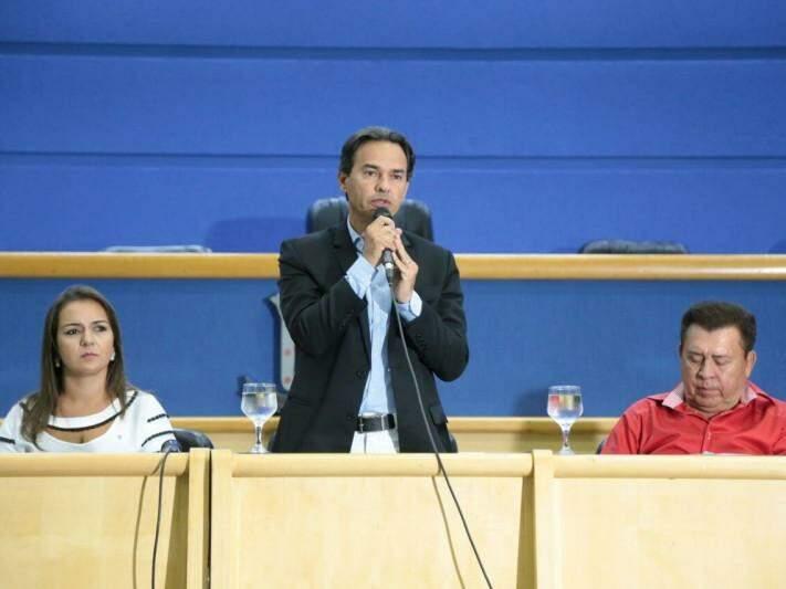 Marquinhos Trad discursa para manifestantes no plenário da Câmara. (Foto: Alcides Neto)