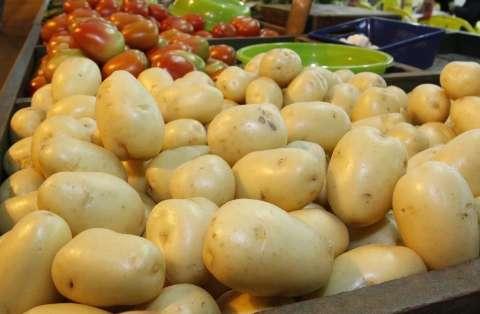 Preços do tomate e batata puxam alta de 0,98% da cesta básica em outubro