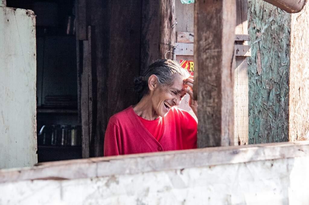 Maria do Carmo mora em acampamento no km 408 da BR-262. (Foto: Kisie Ainoã)