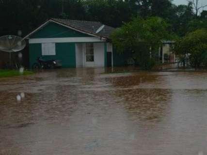 Forte chuva desmorona rua, córrego transborda e causa alagamentos
