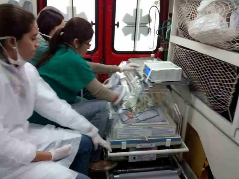 Amarração improvisada precisou ser feita para segurar a incubadora do bebê. (Foto:Direto das ruas)