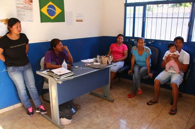 Índios no posto do Distrito Especial Sanitário Indígena (Foto: Marcos Ermínio)