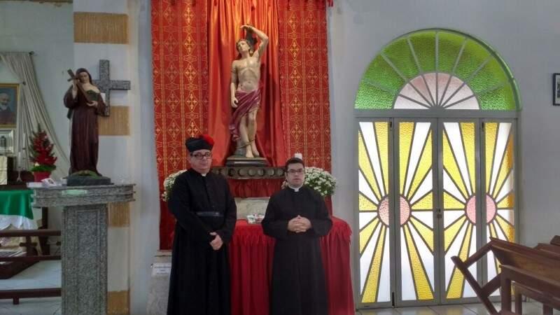 Padre Marcelo (a esq.) e padre Cléber conduzem as celebrações. (Foto: Christiane Reis)