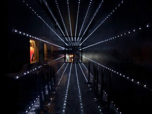 Corredor de entrada é um dos destaques da Hot Hot. Tem 20 metros de comprimento, com mais de 10 km de fiação e luz passando de lado a lado.