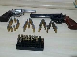 Homem tinha duas armas e 68 munições (Foto: Perfil News)