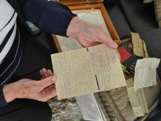 Aos 87 anos, a vida da senhorinha se resume em duas caixas. (Foto: Marcelo Calazans)