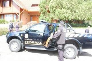 Policiais federais durante cumprimento de mandado na casa de João Amorim, dono da Proteco (Foto: Fernando Antunes)