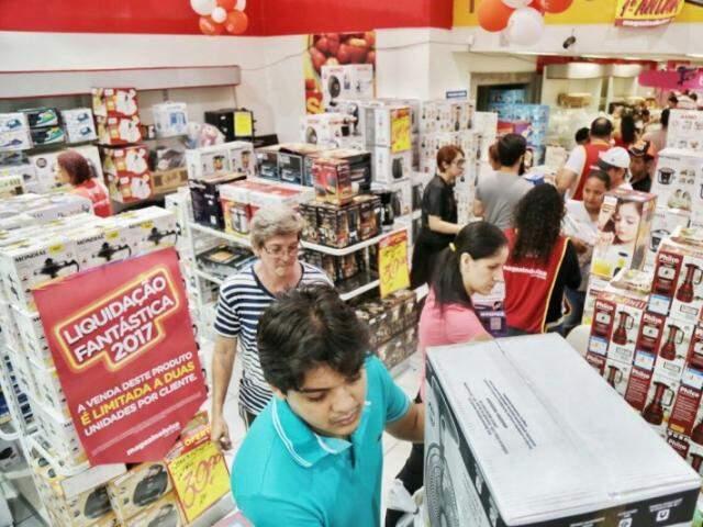 Clientes lotaram loja em busca de descontos (Foto: Fernando Antunes)