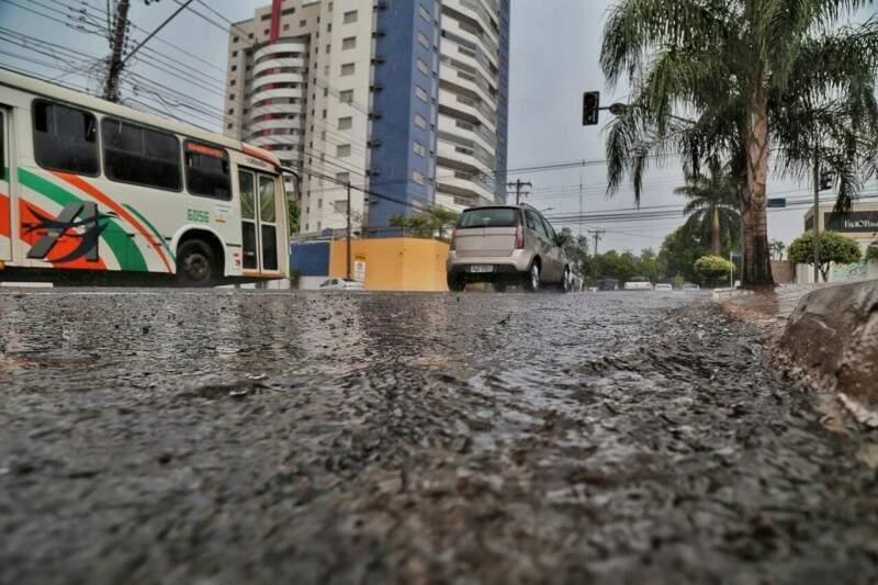 Chuva no início da tarde deste sábado.  (Foto: Fernando Antunes)