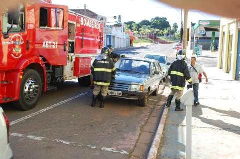 Principio de incêndio em veículo mobiliza bombeiros no centro