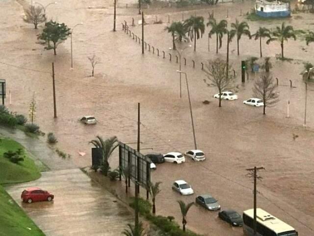 Via Parque registrou alagamentos e teve carros arrastados durante a chuva do dia 3 de outubro (Foto: Direto das Ruas)