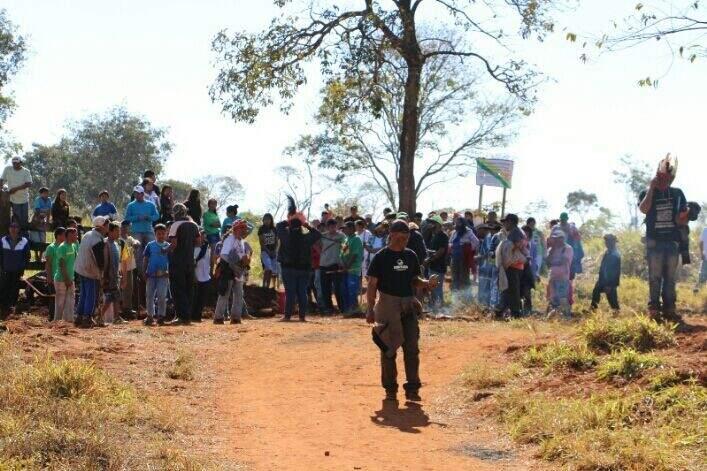 Índios na entrada da fazenda Yvu, região de conflito ocorrido ontem. (Foto: Hélio de Freitas)