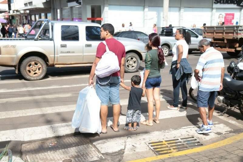 Famílias foram às compras na manhã deste sábado.  (Foto: Fernando Antunes)