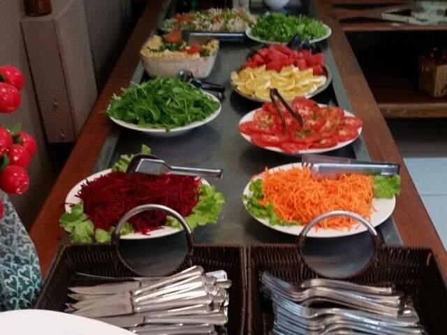 Para quem quer uma refeição mais leve, buffet de saladas também é grande.