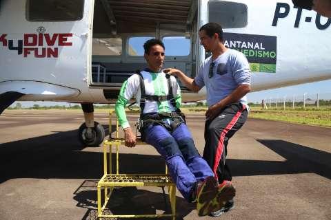 """Aos 68 anos, """"Baiano da Mace"""" ganhou salto de paraquedas e quase morreu de medo"""
