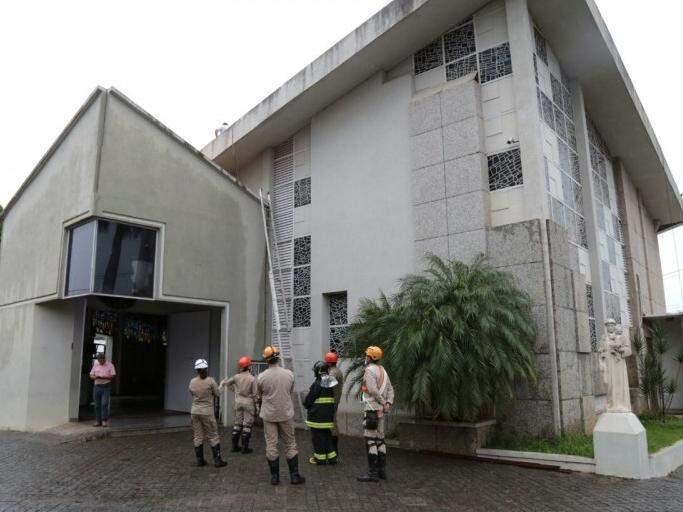 Equipe dos bombeiros em frente à paróquia durante trabalho de rescaldo (Foto: Fernando Antunes)
