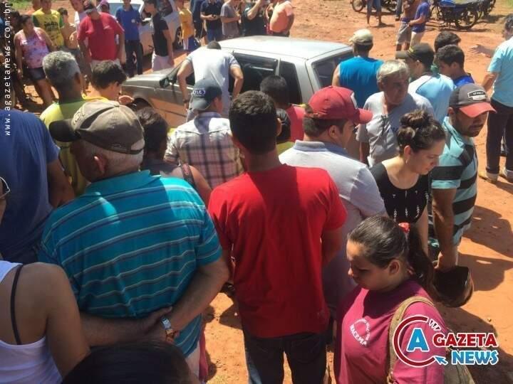 Crime atraiu vários curiosos em Paranhos (Foto: divulgação)