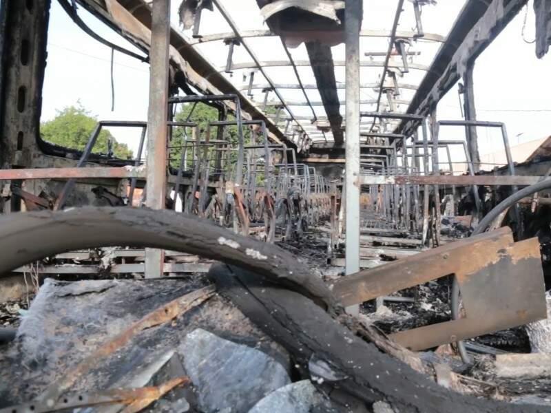 Estrutura completamente consumida pelo fogo durante os atentados. (Foto: Marcos Ermínio)