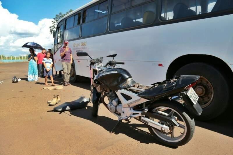 Acidente em ônibus e moto deixou militar de 20 anos gravemente ferido. (Foto: Fernando Antunes)