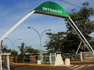 Fachada da sede do Detran, na saída para Rochedo, em Campo Grande. (Chico Ribeiro/Governo do Estado).