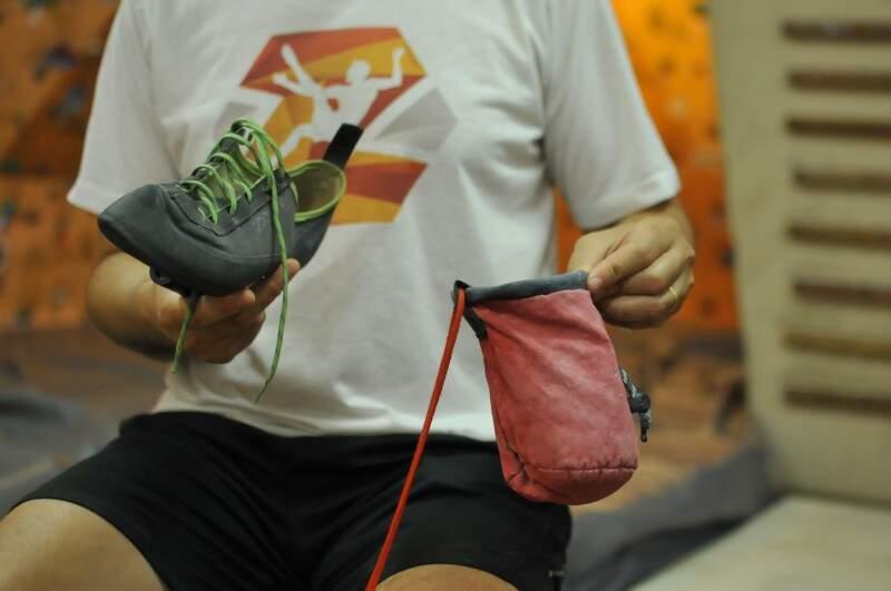 Equipamentos necessários: sapatilha e saco de magnésio. (Foto: Alcides Neto)