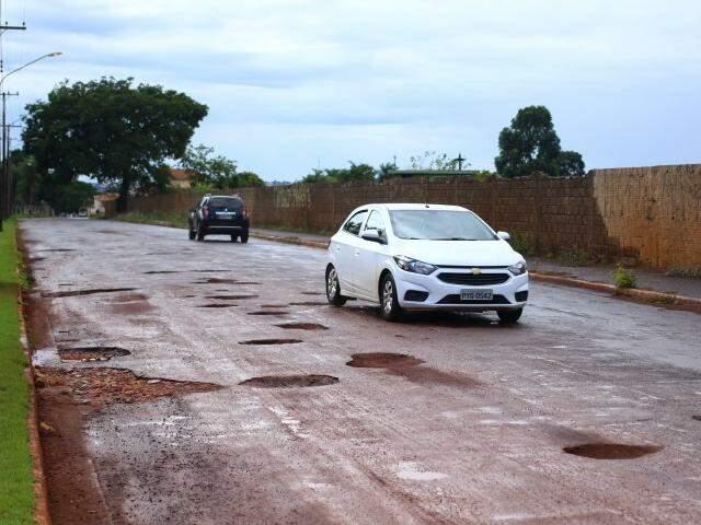 Condutor precisa usar pista contrária para desviar dos buracos. (Foto: André bittar)