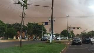 Dourados ficou coberta por terra (Foto: Direto das Ruas)