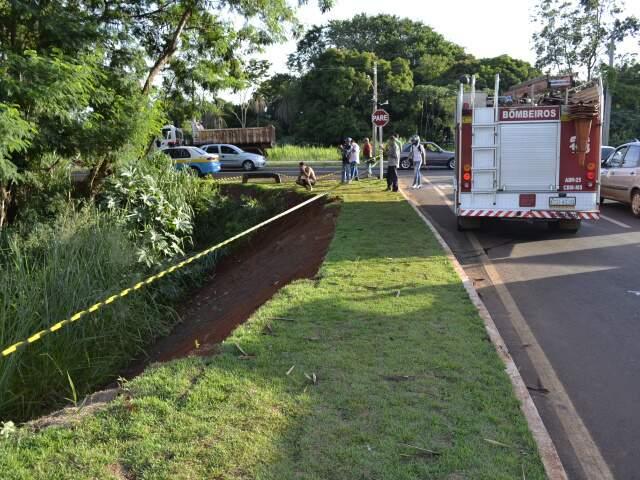 Segundo motorista do caminhão, a motorista atravessou a via enquanto ele descia pela avenida.(Foto: Fernando da Mata)