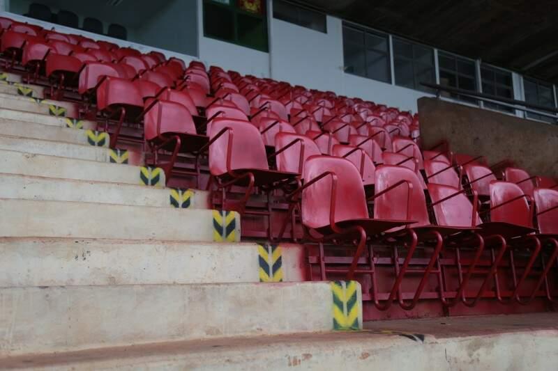 Algumas cadeiras foram pintadas (Foto: Fernando Antunes)
