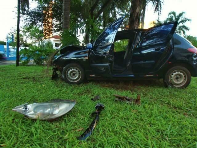 Carro ficou com a frente destruída (Foto: André Bittar)
