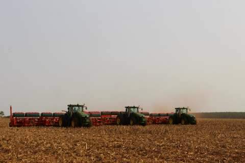 Chove e produtores da Capital iniciam plantio da soja com um mês de atraso