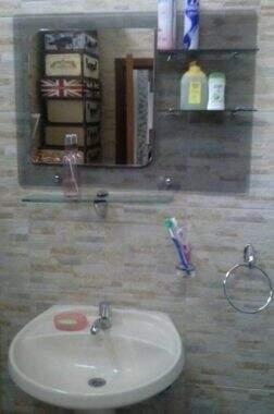 Banheiro da cela tem cerâmica de alto padrão nas paredes (Foto: Jornal Hoy)