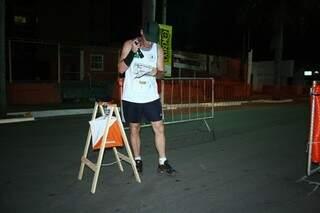 Atletas levam mapas para guiá-los durante a corrida (Foto: Marcos Ermínio)