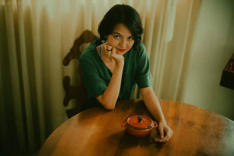 A escolha das poses veio da própria fotógrafa, guiada pelo estilo e personalidade de Amélie. (Foto: Sarah Outeiro)