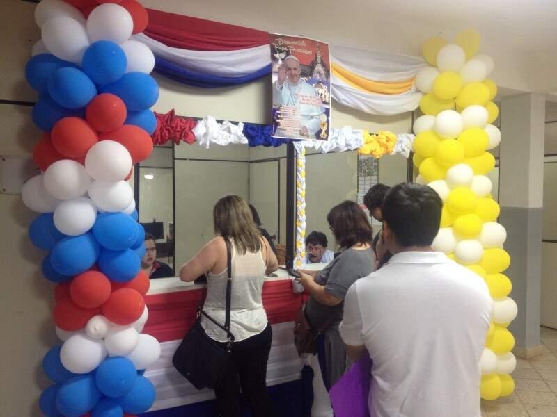 Posto de Imigração,  em Pedro Juan Caballero decorado para atender católicos que foram ao Paraguai durante a visita do Papa Francisco.  (Foto: Paula Maciulevicius)