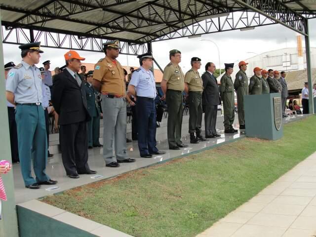 Autoridades prestigiam cerimônia na Base Aérea.