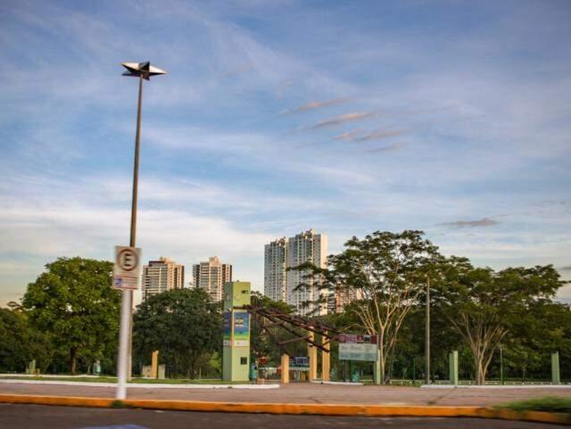 Céu com nuvens espaçadas pela manhã, nos Altos da Avenida Afonso Pena. (Foto: Paulo Francis)