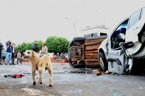 Após furar vários sinais, caminhonete causa acidente grave com 4 feridos