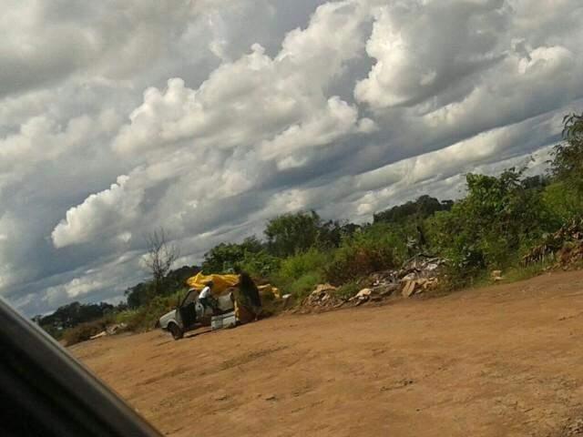 O flagrante do descarte irregular de lixo aconteceu por volta das 11h30 da manhã. (Foto: Direto das Ruas)