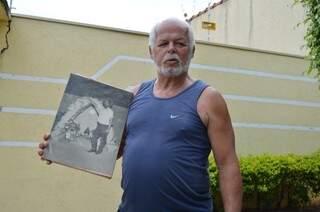 Filho de Felipão, Edgard exibe uma das últimos fotos do pai vivo em frente à casa. (Foto: Pedro Peralta)