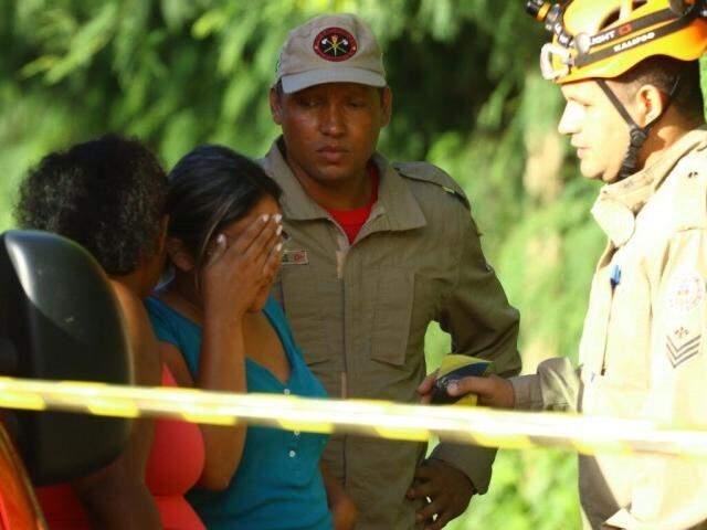 Dayane (de blusa azul) recebendo a notícia de que o corpo havia sido encontrado (Foto: André Bittar)
