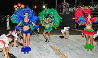 Vestidas como araras, jovens de Porto Murtinho abriram desfile da Deixa Falar.