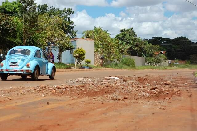 Na rua Doutor Miguel Vieira Ferreira, o Fusca teve que passar na contra-mão para desviar do entulho (Foto: Marlon Ganassin)