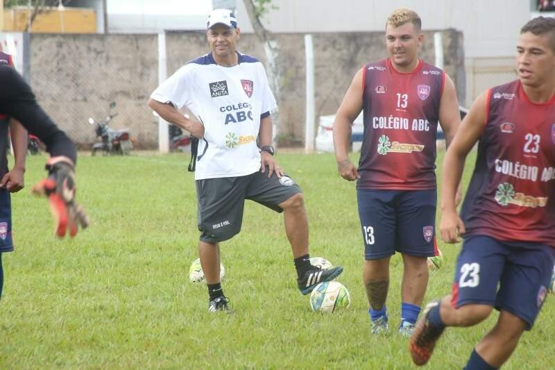 Eleito o melhor meia-campo do futebol brasileiro em 2001, Robert dirige pela primeira vez um time profissional (Foto: Marcos Ermínio)