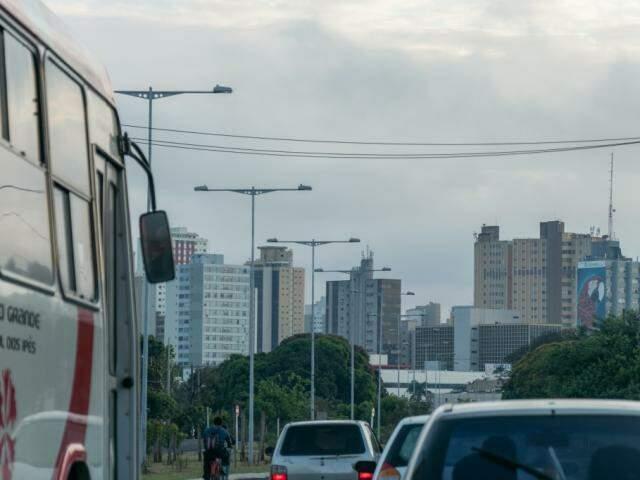Campo Grande amanheceu com céu nublado nesta quinta-feira. (Foto: Henrique Kawaminami)