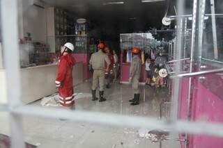 Seis bombeiros mais a Defesa Civil foram ao local (Foto: Cleber Gellio)